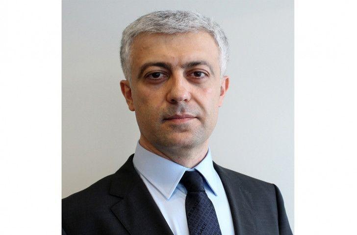 BP-nin vitse-prezidenti Zaur Payaşev liftin düyməsini əllə deyil, ayaqla basır - VİDEO